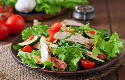 pratik ve besleyici tavuk salatası