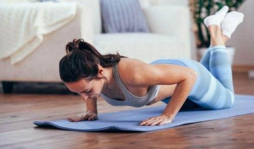 diyet yapmadan kilo vermek için yoga yapan bir kadın
