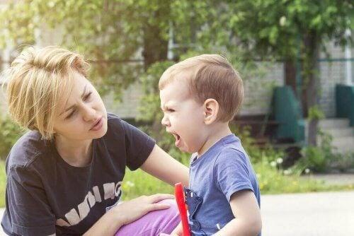 ağlayan erkek çocuk anne
