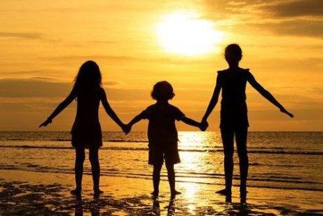 aile sahile gelmiş