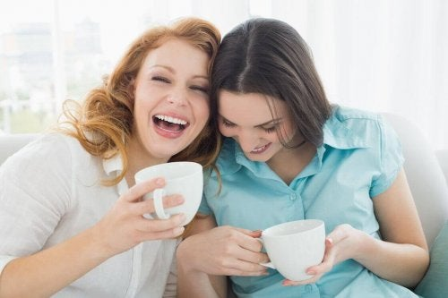 beraber kahve içen arkadaşlar