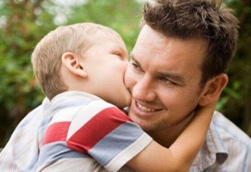 babasını öpen bebek