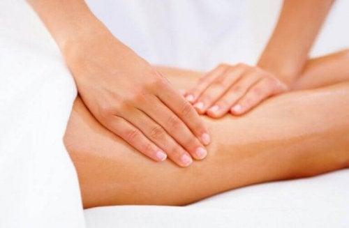 iki elle yapılan bacak masajı