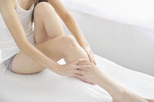 bacaklarını ovan insan ve huzursuz bacak sendromu