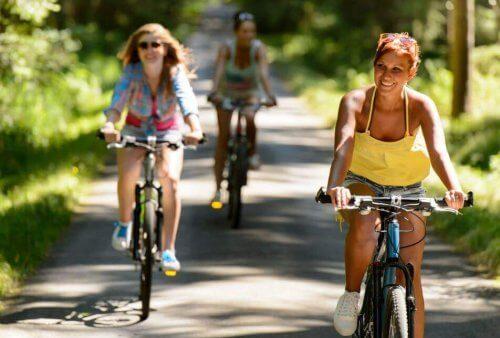 bisiklet süren kadınlar