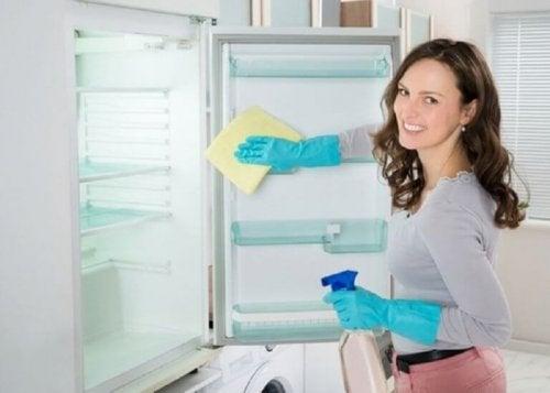 buzdolabının içini temizleyen kadın