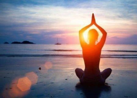 deniz kenarında yoga