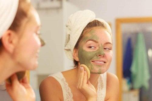 yüzüne maske süren kadın