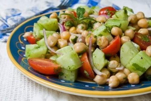 Dört Lezzetli Nohutlu Salata Tarifi