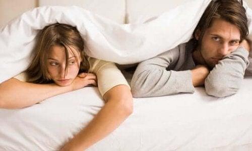 yatakta mutsuz çift