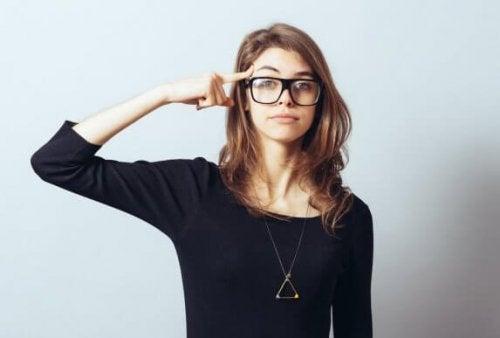 düşünen kolyeli gözlüklü kadın