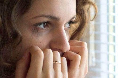 kaygılı hisseden kadın