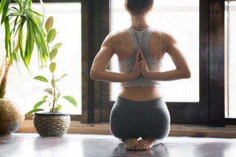 kadın evde yoga yapıyor