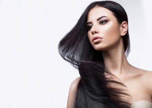 hacimli siyah uzun saçlı kadın