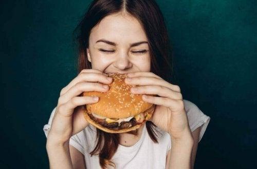 hamburger yiyen kadın