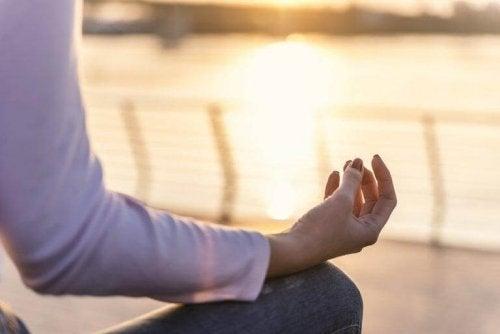kadın yoga yapıyor