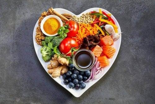 kalp şeklinde tabak sağlıklı yiyecekler