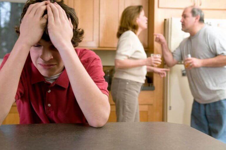kavga eden ebeveynler mutsuz çocuk