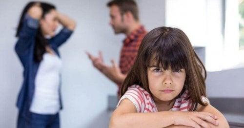 kavga etmek ebeveynler mutsuz küçük kız