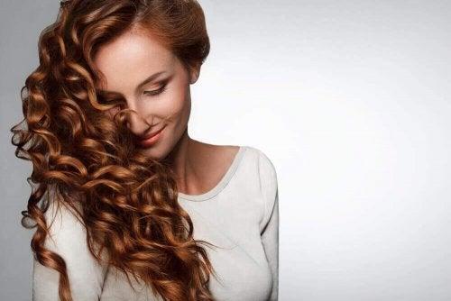 kıvırcık saçlı mutlu kadın