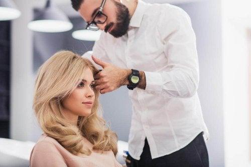 kuaför sarışın kadın güzellik salonuna gitmenin faydaları