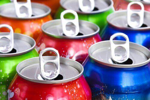 renkli kutu halinde gazlı içecekler