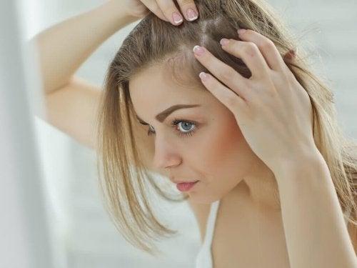 saç diplerini inceleyen kadın