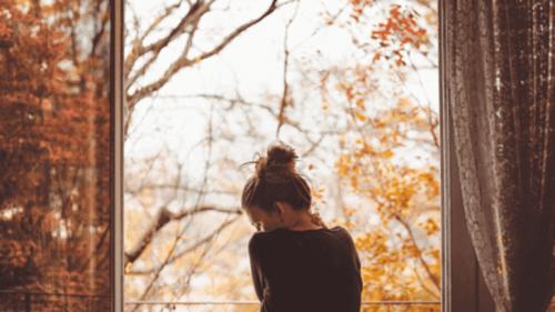 sonbahar üzgün kadın sırt