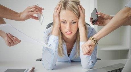 iş ortamında stresli kadın