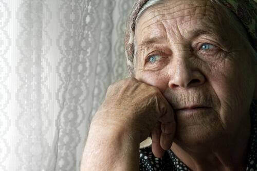 üzgün yaşlı kadın