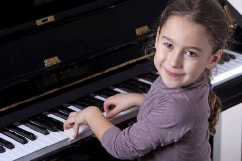 piyano çalan kız çocuğu