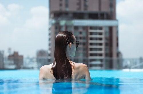 havuzda kadın