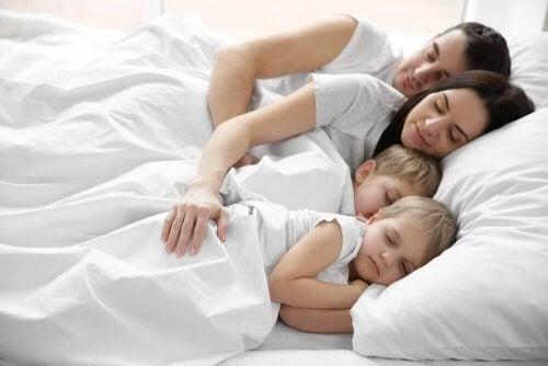 Ebeveynleriyle Aynı Yatakta Uyuyan Çocuklar