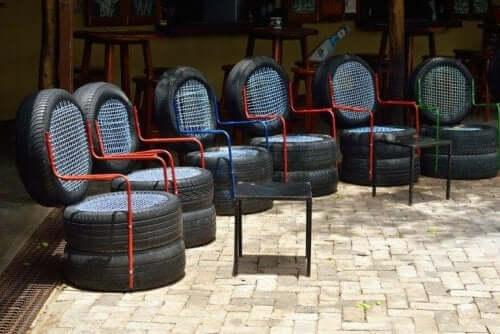 araba lastiklerinden yapılmış sandalyeler