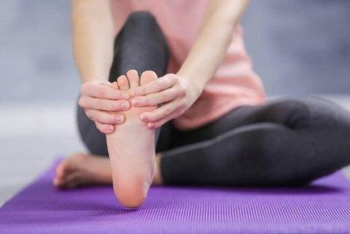 ayak ağrısı çeken kadın