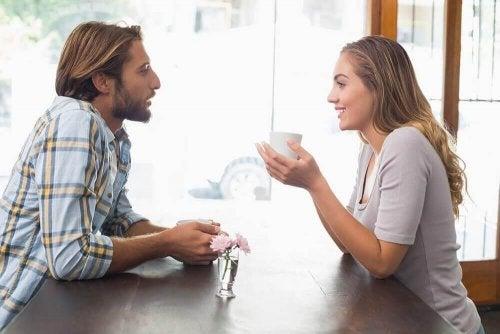 ilişkisi olan çift kahve masa