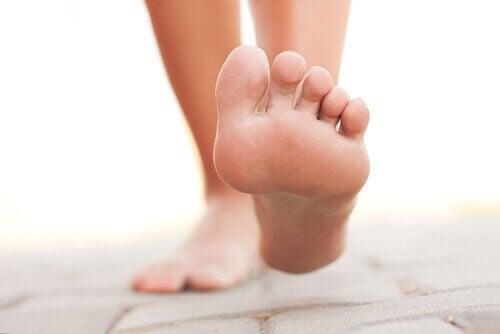 çıplak ayak ile yerde yürüyen insan