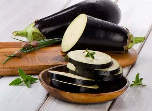 biri dilimlenmiş iki patlıcan