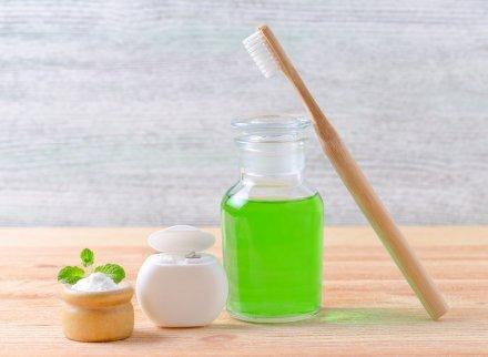 diş fırçası ve yeşil renkli gargara