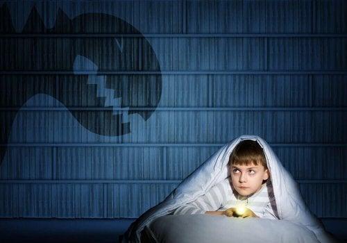 karanlıktan korkan çocuk