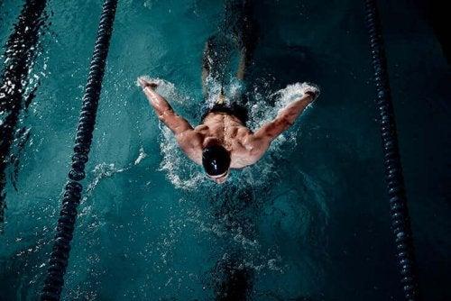 havuz yüzen adam