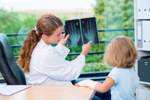 röntgene bakan çocuk