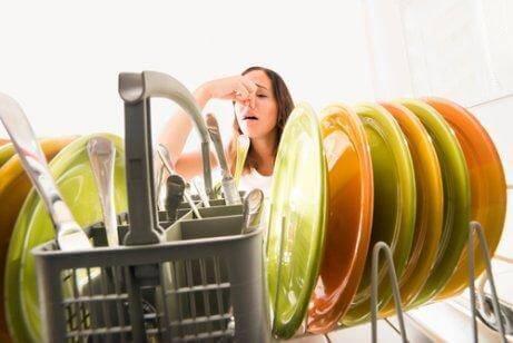 mutfakta kötü koku alan kadın
