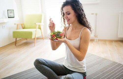 salata yiyen kadın ince kalmak