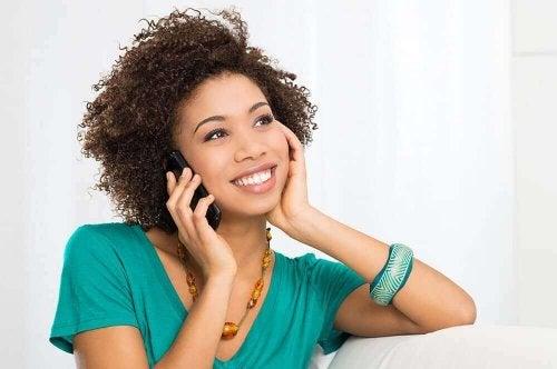 telefonda konuşan mutlu kadın