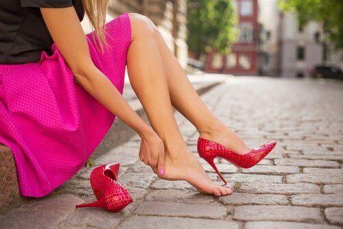 topuklu ayakkabıdan ayakları ağrıyan kadın