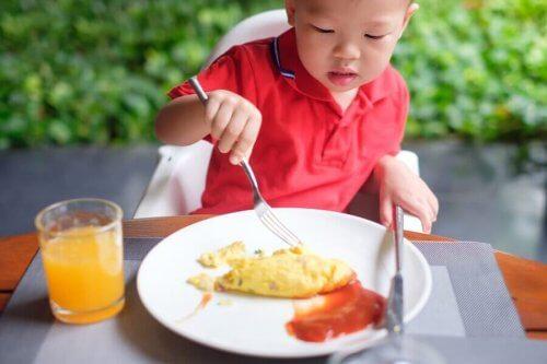 çcoukluğun erken dönemlerinde yumurta yeme
