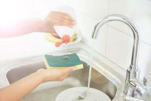 Mutfak Süngerlerini Temizlemek İçin Beş Yöntem