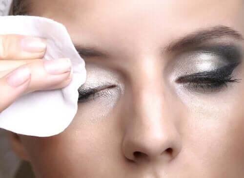 göz makyajını temizlemek