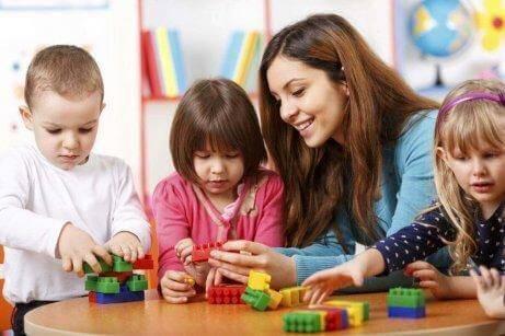 çocuklarla oynayan öğretmen